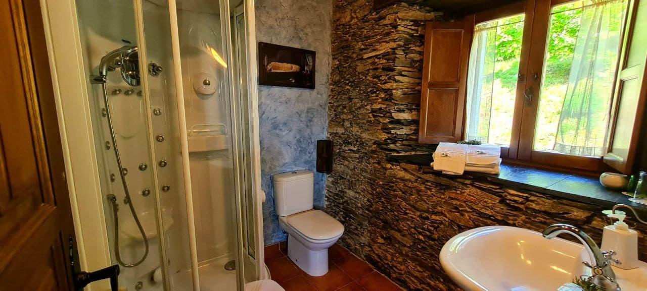Apartamento Madera con Detalle del Baño